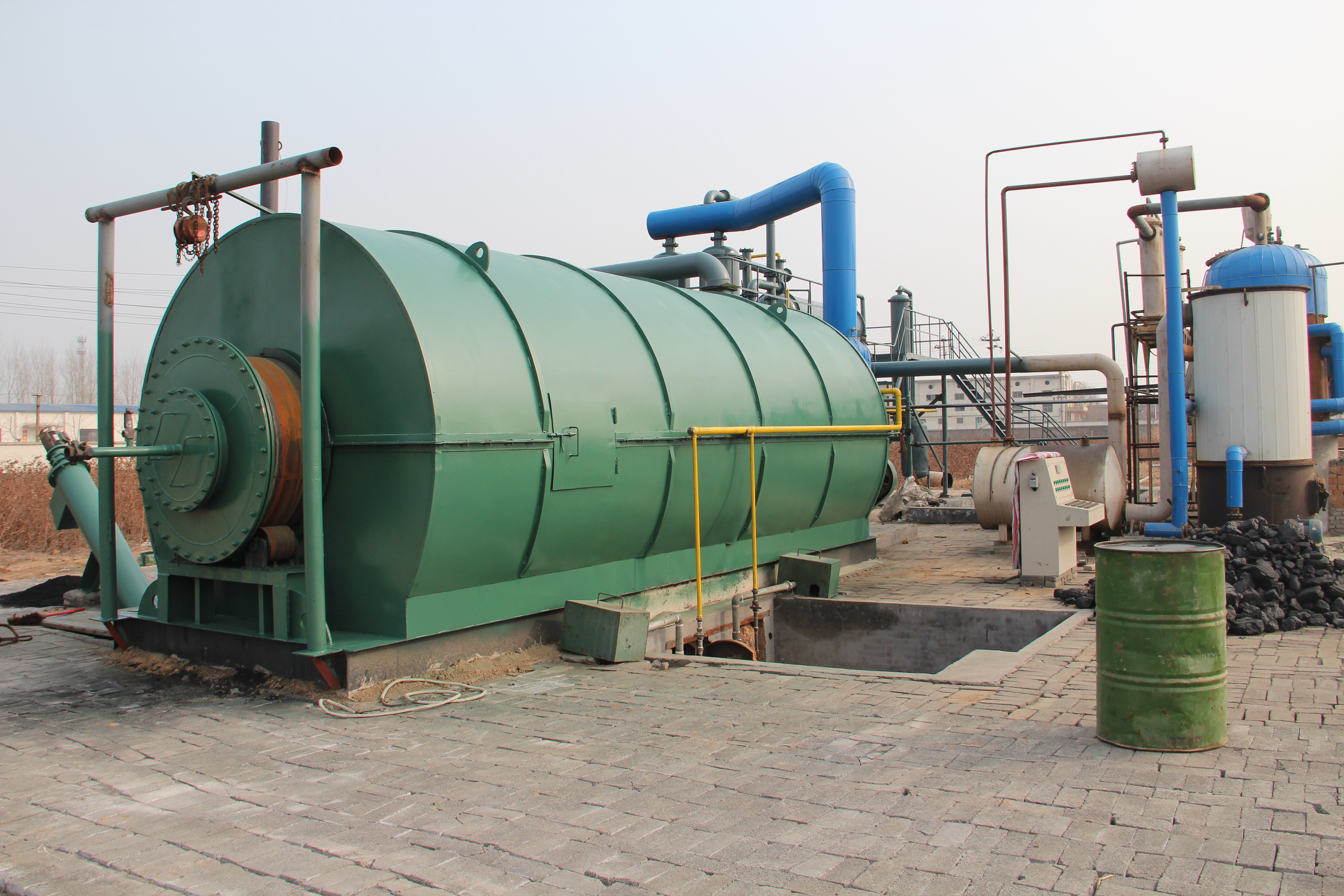 3 sets 10T waste tire pyrolysis plant started opera